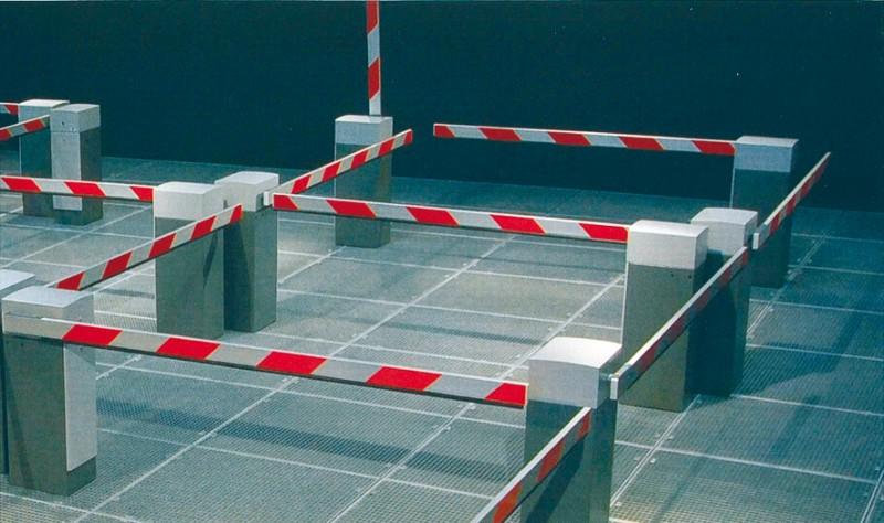 """Barrieren bestimmen unser Leben: Die Installation """"Obstruction"""" in der Stadtgalerie Kiel macht das für die Besucher mit Schranken erlebbar. Foto: Gustav Hellberg"""