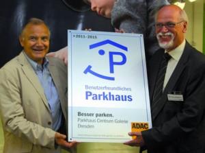 Der ADAC Sachsen (links mit Vorstandsmitglied Thomas Kühl) zeichnet das Parkhaus Centrum Galerie Dresden aus. Der Geschäftsführer der Betreibergesellschaft OPG, Karl-Heinz Ellinghaus, freut sich über die Zertifizierung.