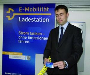 Strom ohne Emission: Wirtschaftsminister Nils Schmid vor der neuen Elektrotankstelle – Foto: Fetzi Baur
