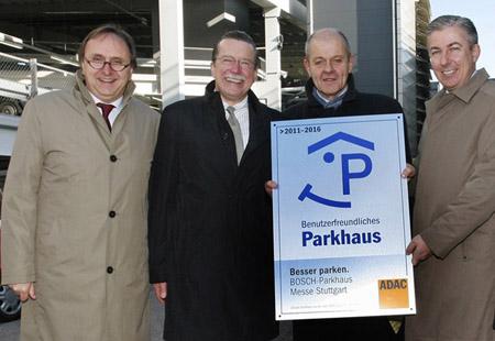 """Auszeichnung """"Benutzerfreundliches Parkhaus"""": (v. l.) Walter Schoefer (Flughafen Stuttgart), Dieter Roßkopf (ADAC Württemberg), Ulrich Kromer von Baerle (Messe Stuttgart) und Ralf Bender (APCOA)"""