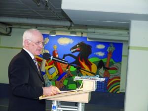 """Dr. Franz Krappel bei der SchülerKunst-Vernissage """"Wir in Stuttgart"""" in der Parkgarage Tivoli Stuttgart im Sommer 2009"""