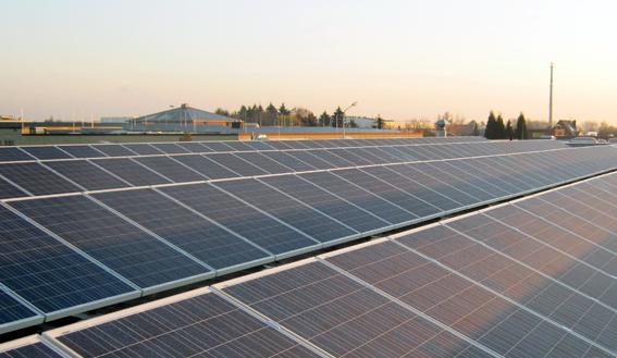 Eigener Sonnenstrom: Photovoltaikanlage auf dem Dach des Firmengebäudes