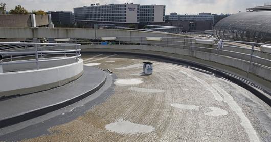 Nach der Grundierung von Rampen, Park- und Fahrfläche mit Triflex Cryl Primer 287 lassen sich Regentropfen schnell und einfach abziehen.  Foto: Triflex