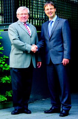 Gerhard Schimski (links) übergibt den GOLDBECK Parkhausbereich an Markus Mühlhaus.