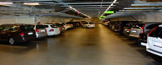 Nicht überall wachsen die Stellplätze mit den Autos mit, so wie in diesem Parkhaus in Helsinki, in dem selbst SUVs problemlos in die Parklücke passen. Foto: Marko Ruh