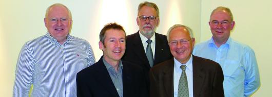 Trafen eine wegweisende Vereinbarung: (hintere Reihe, v.l.) Nigel Howarth (IFSF Vorsitzender), Laurence A. Bannerman (EPA Vize-Präsident), Jeremy Massey (IFSF Technischer Vorsitzender) – (vordere Reihe, v.l.) Ian Brown (IFSF-Präsident), Richard Thoma (EPA)