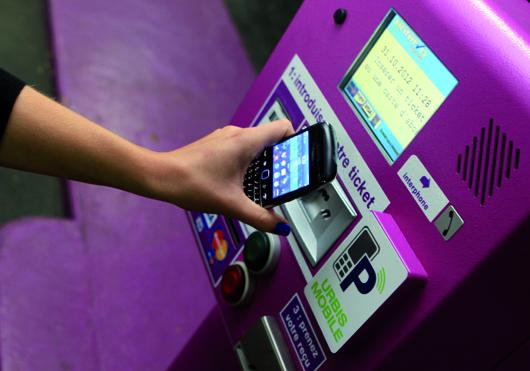 Kein Ticket, kein Bargeld: Das Bezahlen und Öffnen der Schranke erfolgt berührungslos per NFC.      Foto: Francis Hector