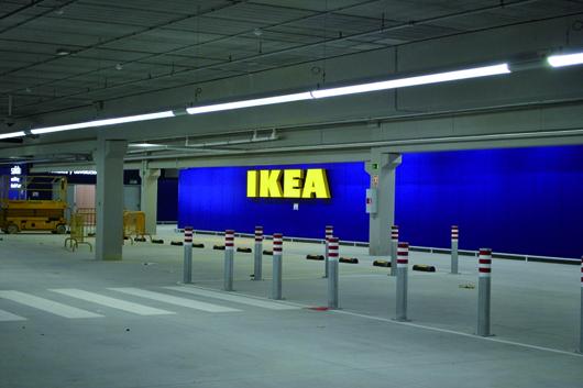 LED-Röhren in Parkhäusern sollen Strom und damit Kosten sparen.