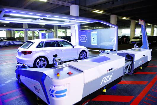 """Ab sofort parkt am Düsseldorfer Flughafen der Roboter """"Ray"""" die Autos ein."""