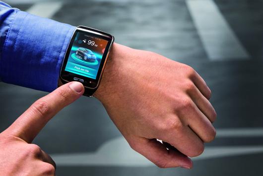 """Wie bei Knight Rider: Per Smartwatch lässt sich das Forschungsauto von BMW """"rufen"""". Der Remote Valet Parking Assistant berechnet die exakte Zeit bis zur Ankunft des Fahrers am Parkhaus und lässt den BMW i3 so starten, dass er am Parkhausausgang rechtzeitig vorfährt."""