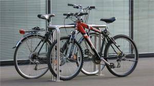 Immer zwei Fahrräder gleichzeitig teilen sich einen Cykelog Parkbügel.