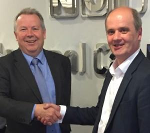 Sean Dunstan (l.) mit Jonathan Scott (r.), CEO der National Car Parks Ltd. Foto: APT SKIDATA