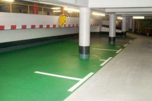Die grün abgesetzte Fläche für die Elektrotankstelle im ersten Obergeschoss fällt ebenfalls sofort ins Auge.