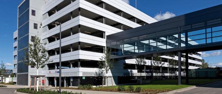 In Norderstedt, unweit des Hamburger Flughafens, stellte KÖSTER-PARKING ein Parkhaus mit 656 Pkw-Stellplätzen für die Tesa SE fertig. Die Fassade aus Glattblech glichen die Bauspezialisten an die bestehende Bebauung an und banden das Parkhaus über eine Brücke an das benachbarte Gebäude an.