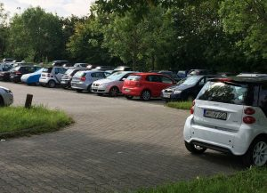 Beim Community-based Parking vermessen Autos im Vorbeifahren einen freien Stellplatz und senden Informationen in Echtzeit an entsprechende Endgeräte. Foto: Bosch
