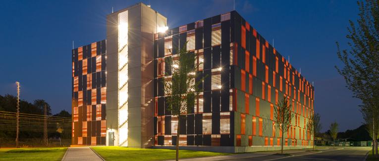 Modernes Mitarbeiter-Parkhaus für das neue Justizzentrum Bochum: Stahlverbund-Parkhaus integriert sich mit attraktivem Look harmonisch in den architektonisch ansprechenden Gebäudekomplex am Ostring.