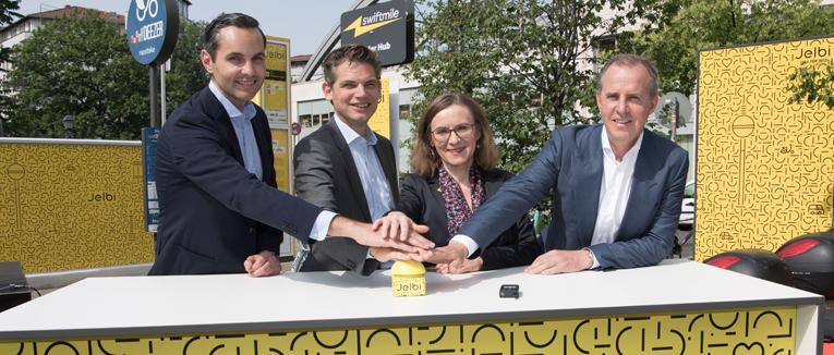 Die Berliner Verkehrsbetriebe (BVG) haben eine Pilotversion der Shared-Mobility-App Jelbi sowie eine neue Sharing-Station vorgestellt, die sich am Berliner U- und S-Bahnhof Schönhauser Allee befindet. Partner im Projekt ist Parkraumbewirtschafter APCOA.