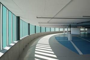 Farbige Beschichtungen schützen die Bodenbeläge und bieten dem Nutzer Orientierung.