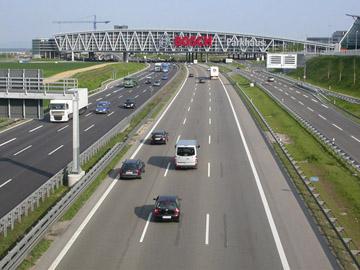 Zertifiziert: Bosch-Parkhaus über der A8.