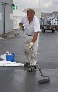 Für eine langzeitsichere Abdichtung wird der Flüssigkunststoff satt auf die Fläche appliziert.  Foto: Triflex