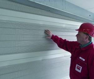 Die Köster GmbH stattete das Parkhaus mit speziellen Schallschutzwänden aus, um Emissionen zu minimieren und Anwohner vor Motorenlärm zu schützen. Foto: Köster