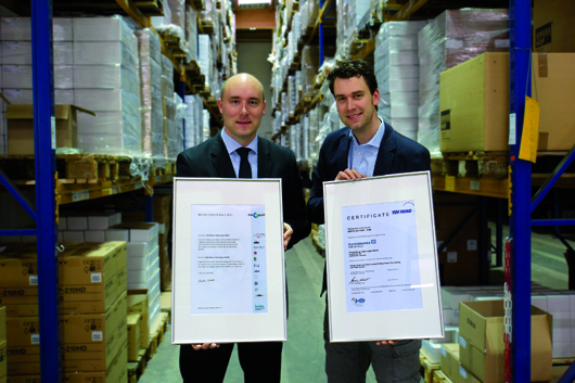 Geschäftsführer Philipp Halbach (l.) und der technische Leiter Thomas Halbach mit der Bescheinigung für klimaneutralen Druck (l.) und dem ISO 14001 Zertifikat für Umweltmanagementsysteme