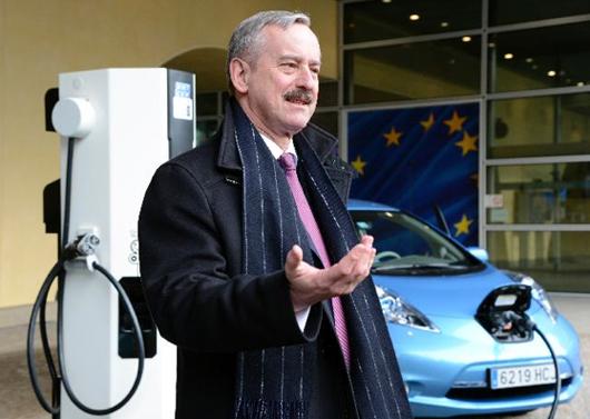 EU Verkehrskommissar Siim Kallas spricht sich für einheitliche Stecker an Elektrotankstellen aus. Foto: EU