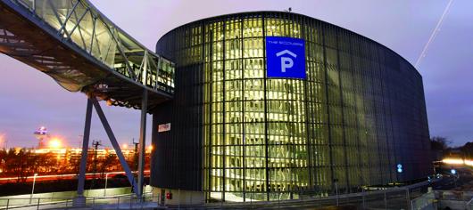 """""""The Square"""": Eines der Parkhäuser rund um den Frankfurter Flughafen"""