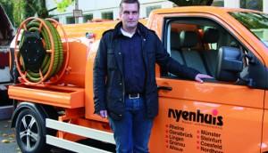 "Sein ""Baby"": Holger Nyenhuis vor dem VW T5 Spezialumbau"