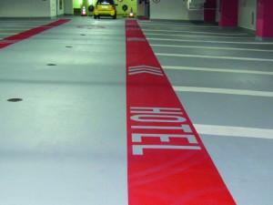 Deutlich gekennzeichnete Fußgängerleitwege und Stellplatzmarkierungen erleichtern die Orientierung und verbessern die Verkehrssicherheit.