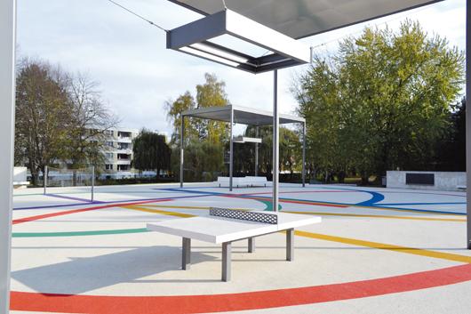 Straßenseite und Parkseite: Der neue Quartiersplatz auf dem Parkdeck verbindet zwei bislang getrennte Bereiche der Siedlung.