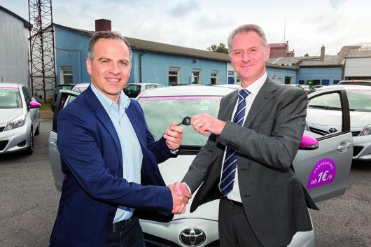 CiteeCar erweitert Flotte mit Toyotas (v. l.): Mauro Mariani (COO CiteeCar) und Michael Heise (Geschäftskundenservice Toyota) bei der Schlüsselübergabe. Foto: CiteeCar