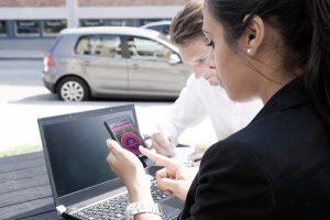 Autofahrer finden per App einen freien Parkplatz und bezahlen diesen mit dem Smartphone.