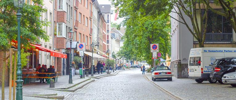 In der Düsseldorfer Altstadt ist es für Anwohner oftmals schwer, einen freien Parkplatz zu finden.