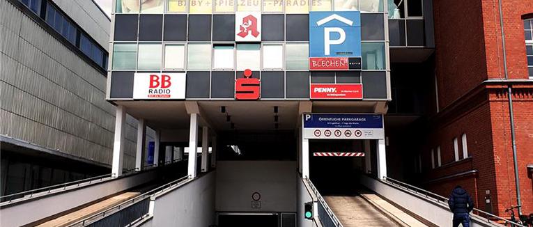 """Das Parkhaus """"BLECHEN Carré"""" ist direkt mit dem gleichnamigen Einkaufszentrum verbunden. – Foto: Q-Park"""