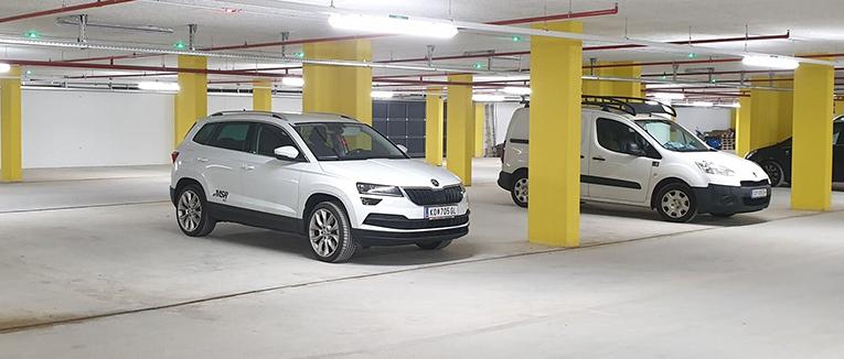 Das Parkleitsystem zeichne sich unter anderem durch Ultraschallsensoren und LED-Displays über den einzelnen Parkplätzen aus. – Foto: MSR-Traffic